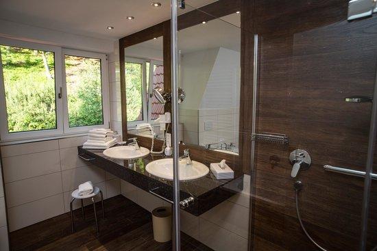 Wald Hotel Heppe: Badezimmer Suite 305