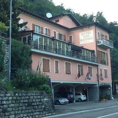 Hotel San Marino - Laglio: Facade de l'hôtel donnant sur le Lac