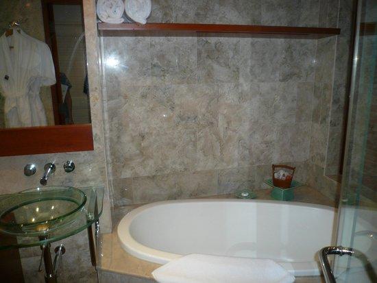 Fiesta Resort & Spa Saipan: バスルーム
