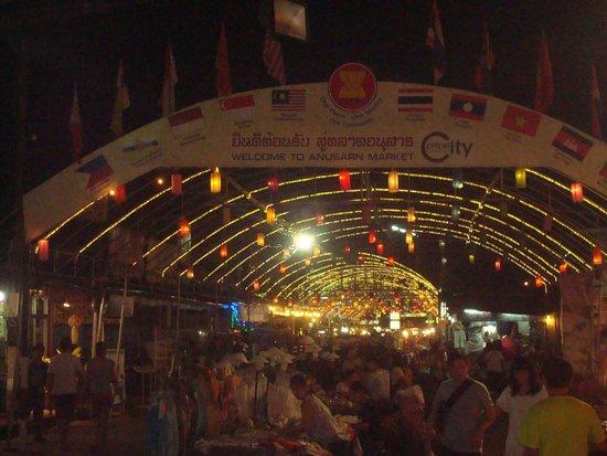 Suriwongse Hotel : The Night market near our hotel - Anusaran market