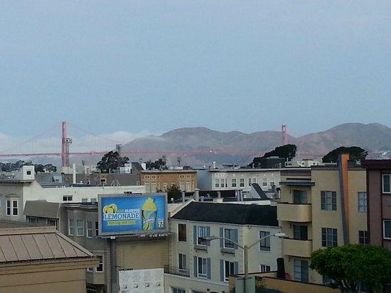 Francisco Bay Inn: Panorama dal corridoi aperto del 4° piano, verso il Golden Gate
