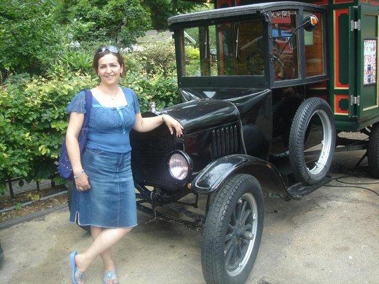 Tivoli: Ved en flot, gamle bil i haven