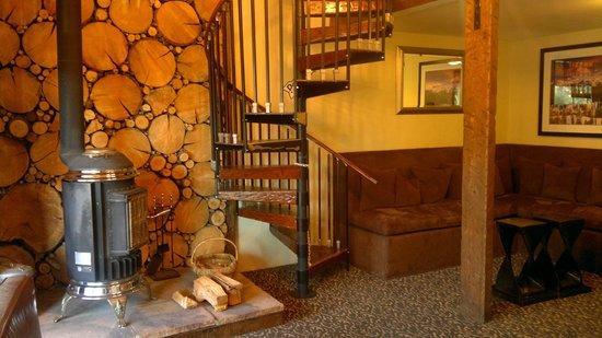 Mammoth Creek Inn: Corridoio centrale con accesso alla sala biliardo nel mezzanino