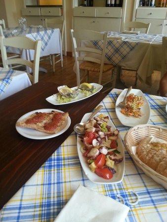 La Vecchia Campana : Alcuni antipasti: bruschette, ostriche, insalata di polpo e carpaccio di spigola