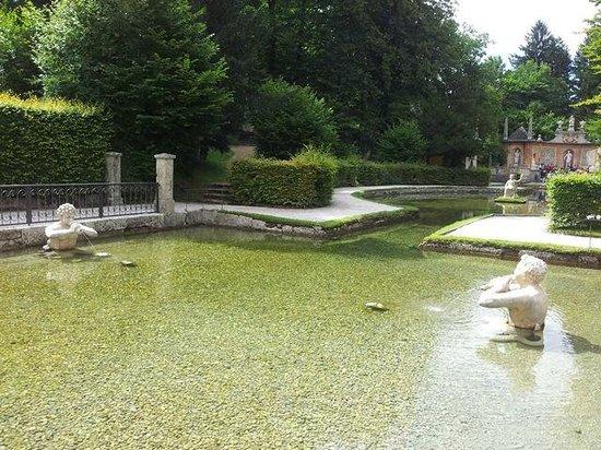 Château d'Hellbrunn : Водоем в парке