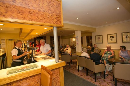 Russell Hotel: Relax with a drink in the bar