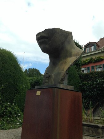 Olympic Museum Lausanne (Musee Olympique): statua in giardino