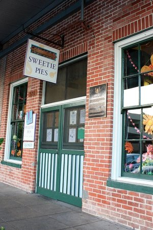 Sweetie Pies Bakery: Entrance