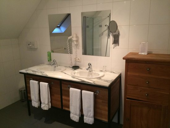 Hotel 't Sandt: Large bathroom with two washbasins