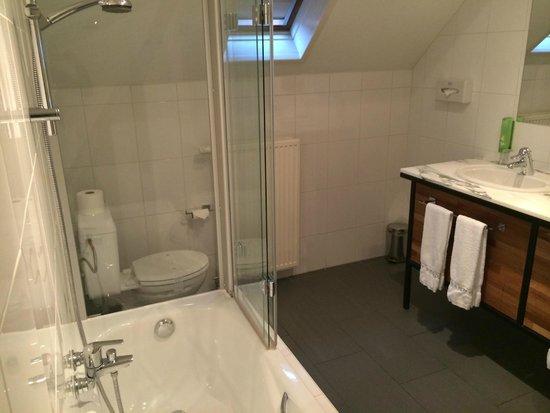Hotel 't Sandt: Large bathroom