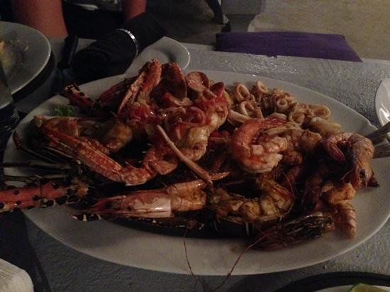 Malli's Seafood Restaurant: Seafood platter (for 2!). There is a whole fish hidden under the lobster and prawns that you can