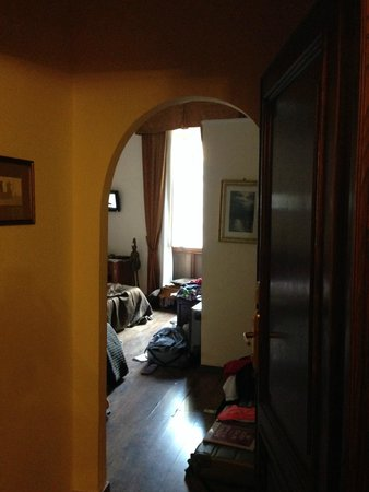 Pantheon Inn: Our clean, neat and tidy room that slept 5