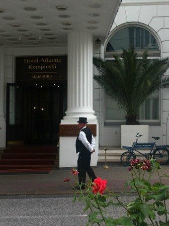 Hotel Atlantic Kempinski Hamburg: Eingang zum Hotel in einer ruhigen Seitenstrasse