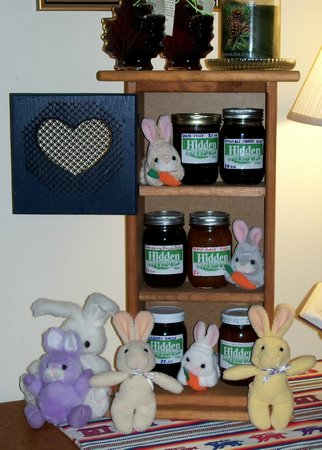 Norfolk, Νέα Υόρκη: Maple Syrup, Amish Jams, Postcards, etc. are available for guests' convenience