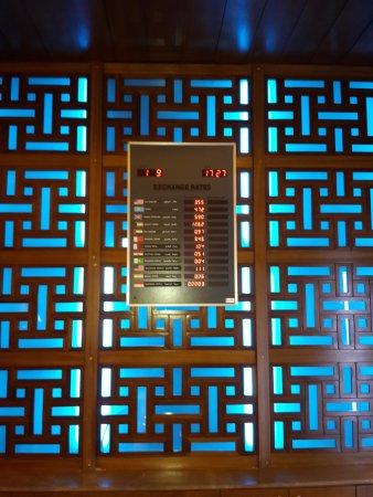 Pullman ZamZam Makkah : Обменный пункт прямо в вестибюле