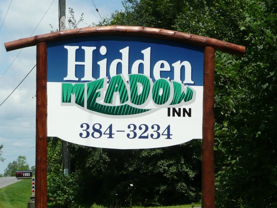 Norfolk, estado de Nueva York: Hidden Meadow Inn Sign