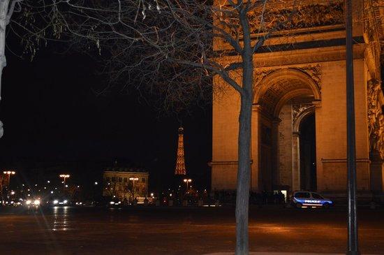 Arc de Triomphe : A noite é mais lindo ainda e a torre ao fundo!!!!!!