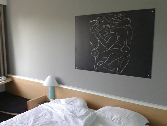 Ibis Hotel Airport Tegel: The bedroom (blackboard art)
