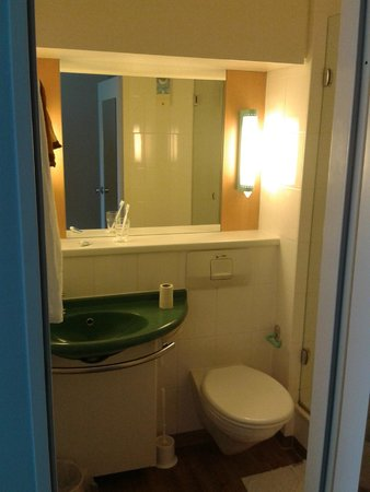 Ibis Hotel Airport Tegel: The bathroom (shower to the right, not visible)