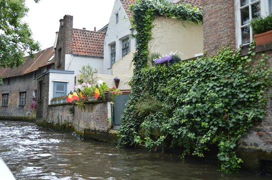 Boottochten Brugge: More interesting buildings along the canal