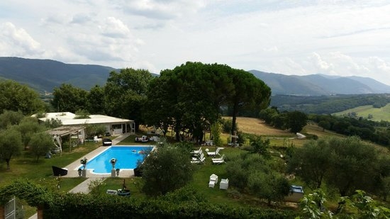Castello di Montignano Relais & Spa : View of the pool area from our bedroom