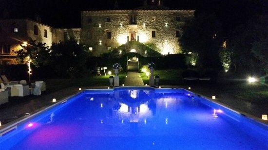 Castello di Montignano Relais & Spa : View of the pool and hotel at night