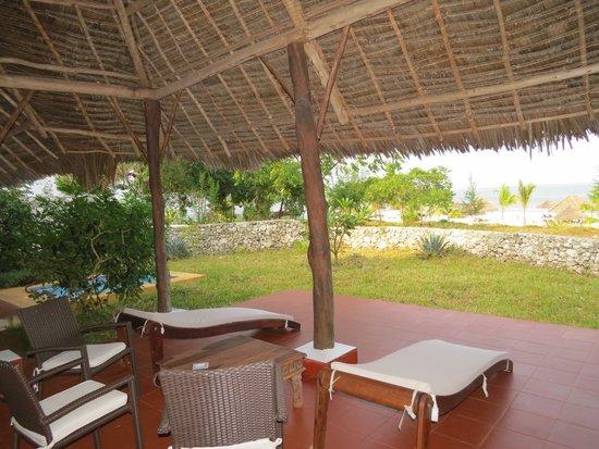 KonoKono Beach Resort: Villa patio