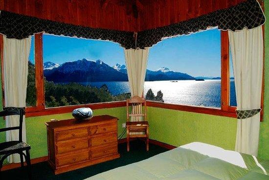 """Apart Hotel Cabañas Balcón al Lago: Dormitorio cabaña 2. El lago en """"pantalla gigante"""""""