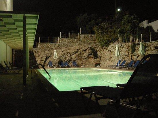 Vouliagmeni Suites: piscina