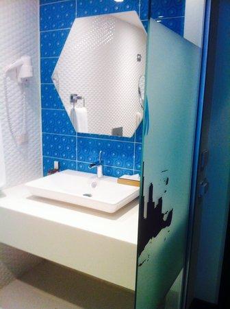 Caratpark Hotel : My modern bath!