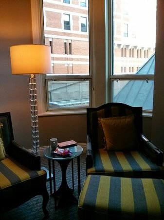 Fairmont Le Chateau Frontenac: The sitting area of our deluxe room
