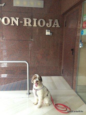 Hotel Carlton Rioja : Mi perrita en la entrada del Hotel
