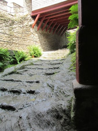 Schloss Marksburg: More rugged walkway