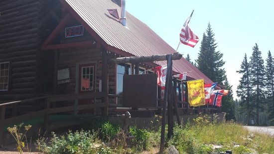 Alexander Lake Lodge: Front of grand lodge