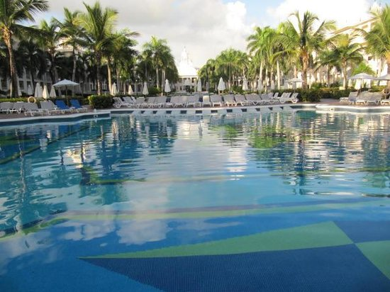 Hotel Riu Palace Punta Cana: Courtyard from the pool