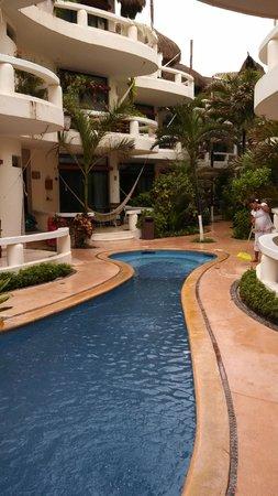 Playa Palms Beach Hotel: Pool/Courtyard