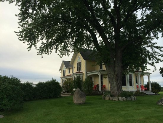Country Hermitage Bed and Breakfast Traverse City : The Country Hermitage B&B from the front.