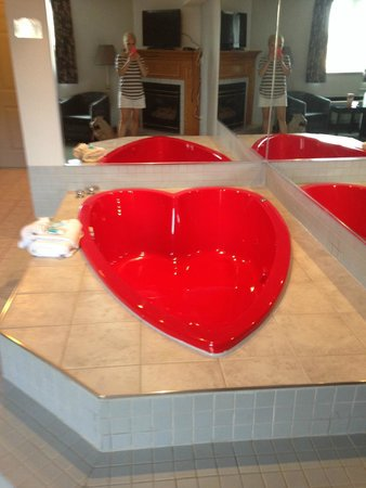 Americas Best Value Inn - Chalet Inn and Suites: Heart shaped tub