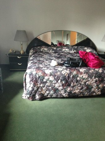 Americas Best Value Inn - Chalet Inn and Suites: 80's bed - super comfy
