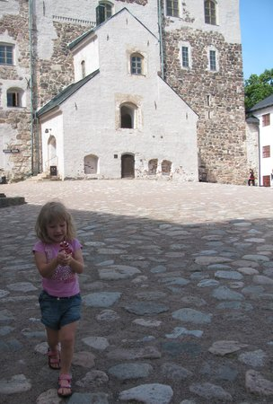 Castillo de Turku: Ella in the yard of the castle