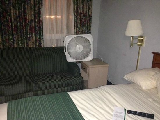 Quality Inn - Ocean Shores: Room with no AC