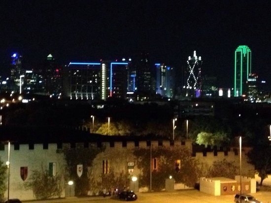 Sheraton Suites Market Center: Night view of the castle & Dallas skyline