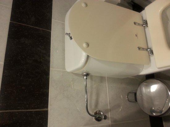 Kipriotis Panorama Hotel & Suites: Planche de toilette datant d'un siecle