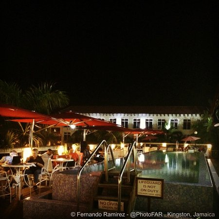 The Spanish Court Hotel: skybar and pool