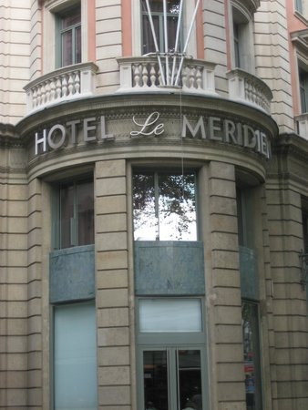 Le Meridien Barcelona: View of the front of the hotel from La Ramlas