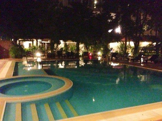 Angkor Riviera Hotel : Pool at night