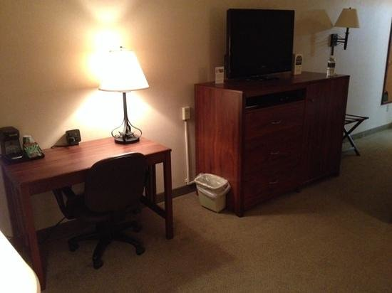Boothill Inn & Suites : Desk and tv