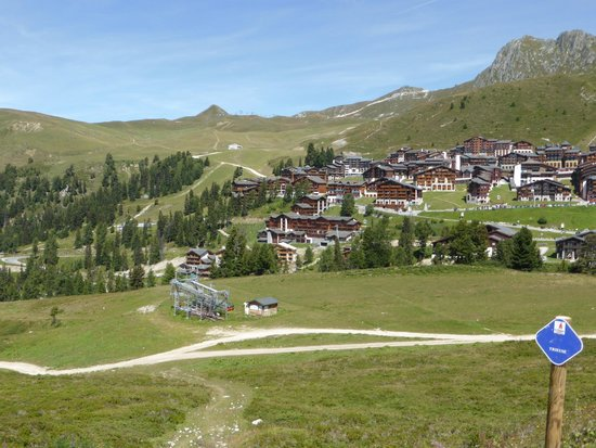 Hotel Des Deux Domaines : View of the Hotel and town