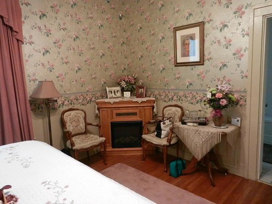 Barrister's Bed & Breakfast: Fireplace in bedroom