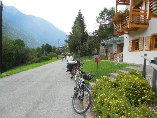 Hotel Meuble' Villa Gaia: Davanti all'hotel, lungo la ciclabile Delle Dolomiti